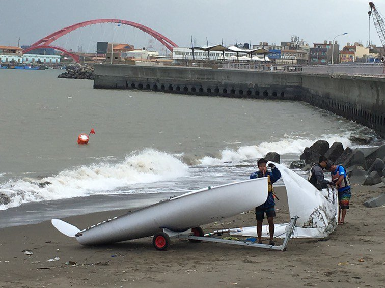 全國運動會今年在桃園登場,首場運動賽事帆船項目原訂16日在竹圍漁港海域開賽,但現...