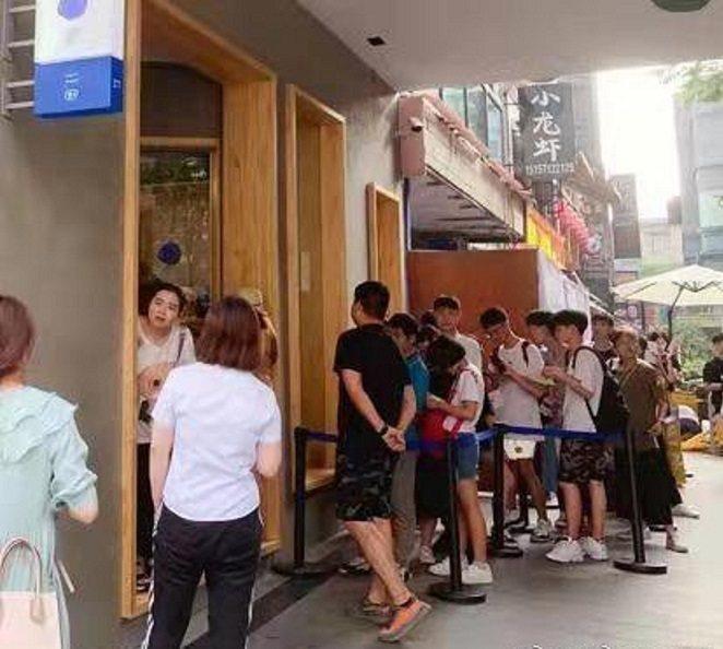 machi杭州店外的排隊者。圖/娛圈小貓微博