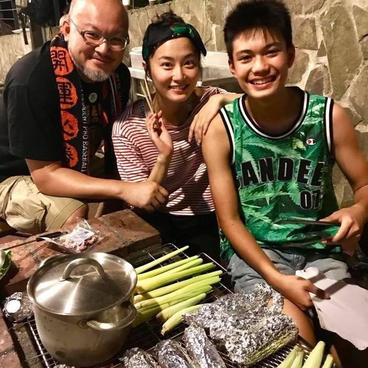 劉亮佐(左起)、趙小僑、劉子銓一家三口。圖/friDay影音提供