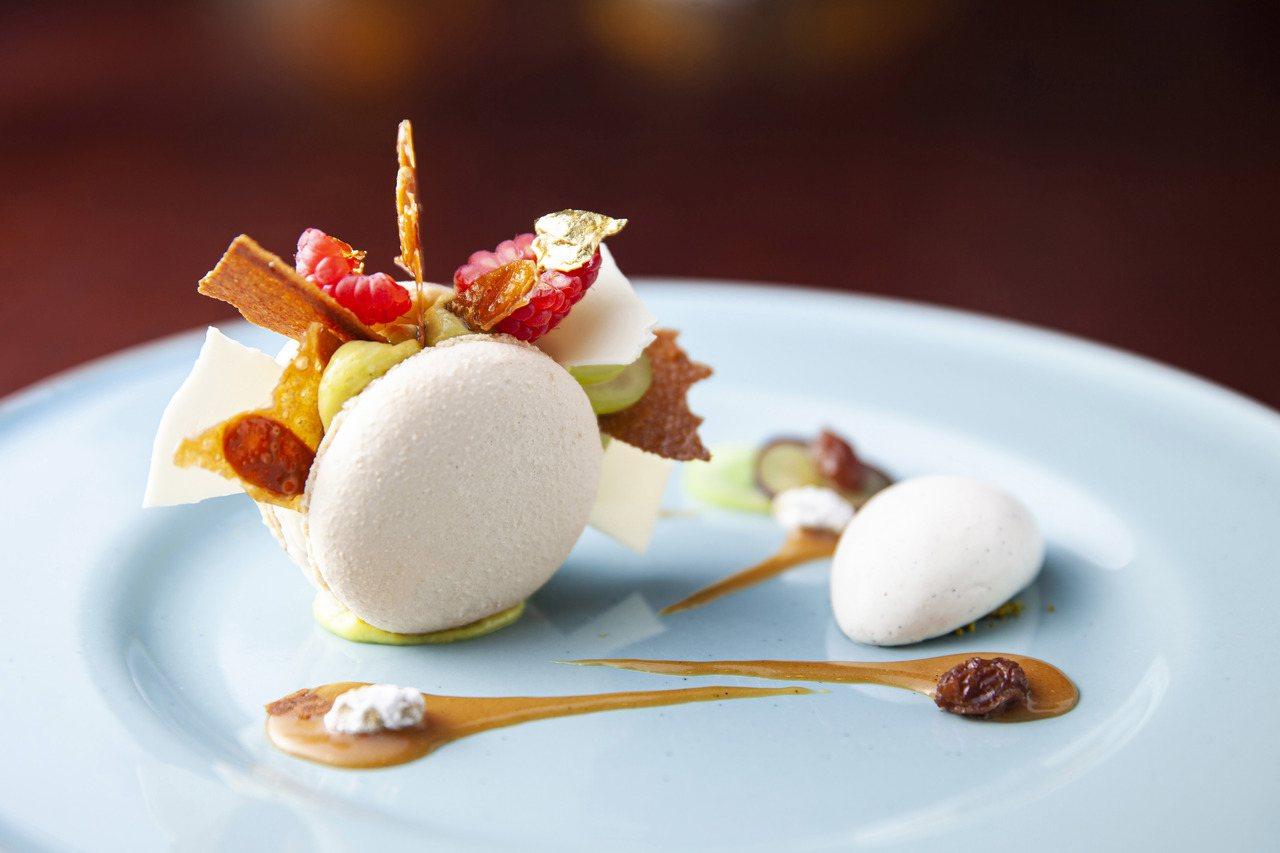 開心果馬卡龍香草冰淇淋白蘭地漬葡萄乾。圖/西華飯店提供