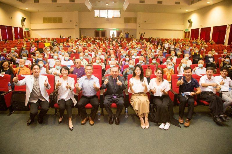 聯合報系社會褔利慈善基金會與陳玲社會福利慈善事業基金會,到高雄榮民之家舉行「歌聲滿榮家」活動。記者程嘉文/攝影