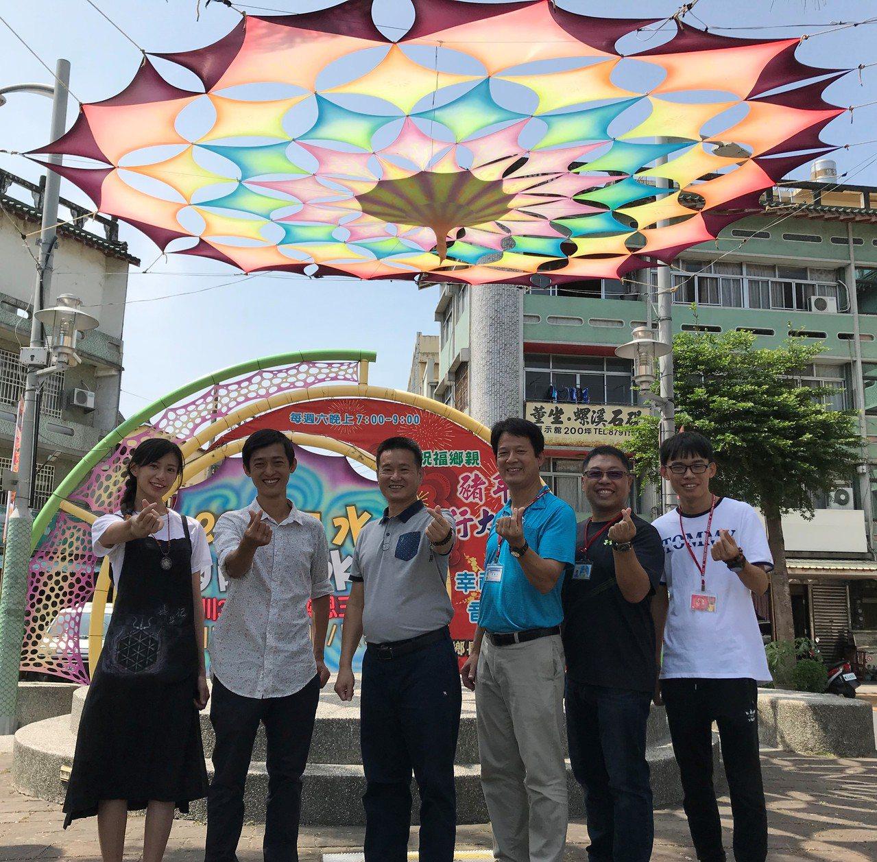 二水鄉長蘇界欽(中)今年特地找來在地青年藝術家宋文凱(左2)在二水火車站前設置裝...