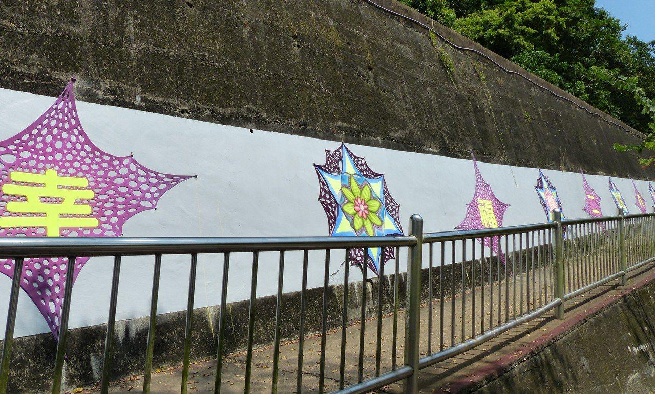 二水鄉在地青年藝術家宋文凱的作品也在二水鄉的豐柏廣場設置,希望能讓來健行的民眾有...