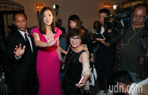 郭台銘的妻子曾馨瑩今晚出席2019與愛共舞國標慈善晚會 ,這也是郭台銘宣布不選後,曾馨瑩首度現身,他一到場會即成為媒體關注的焦點,受到包圍詢問郭台銘未來動向。