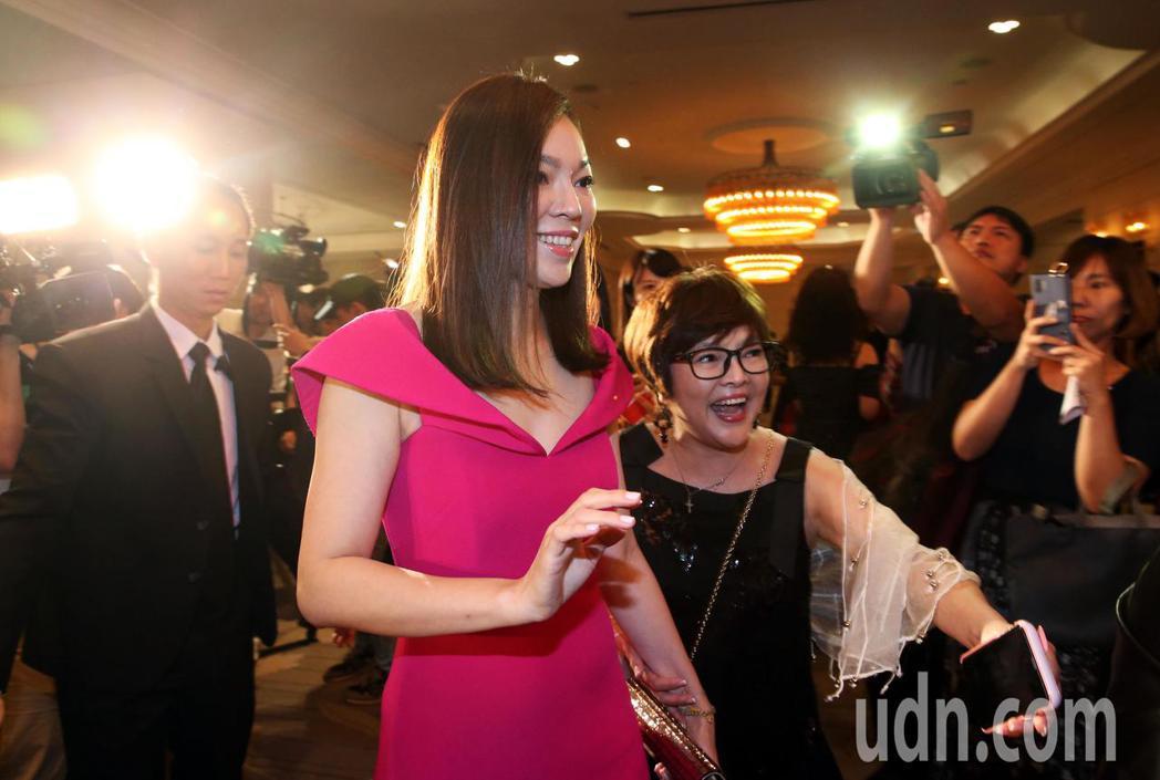 曾馨瑩出席2019與愛共舞國標慈善晚會 ,一到場會即成為媒體關注的焦點。記者林俊...