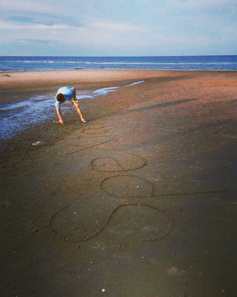 偉晉在沙灘寫下「SpeXial」。圖/摘自臉書