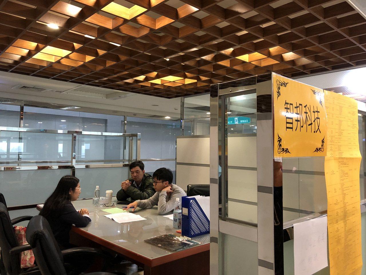 華映今年上半年就有一波大量解雇,當時資遣勞工共1558人,市府就服處當時進入龍潭...