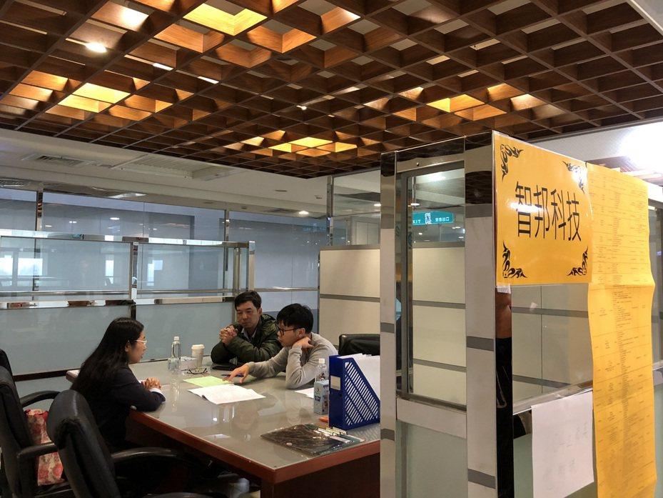 華映今年上半年就有一波大量解雇,當時資遣勞工共1558人,市府就服處當時進入龍潭與楊梅廠辦失業給付入廠說明會,並積極安排廠商入廠徵才。圖/桃園市就業服務處提供
