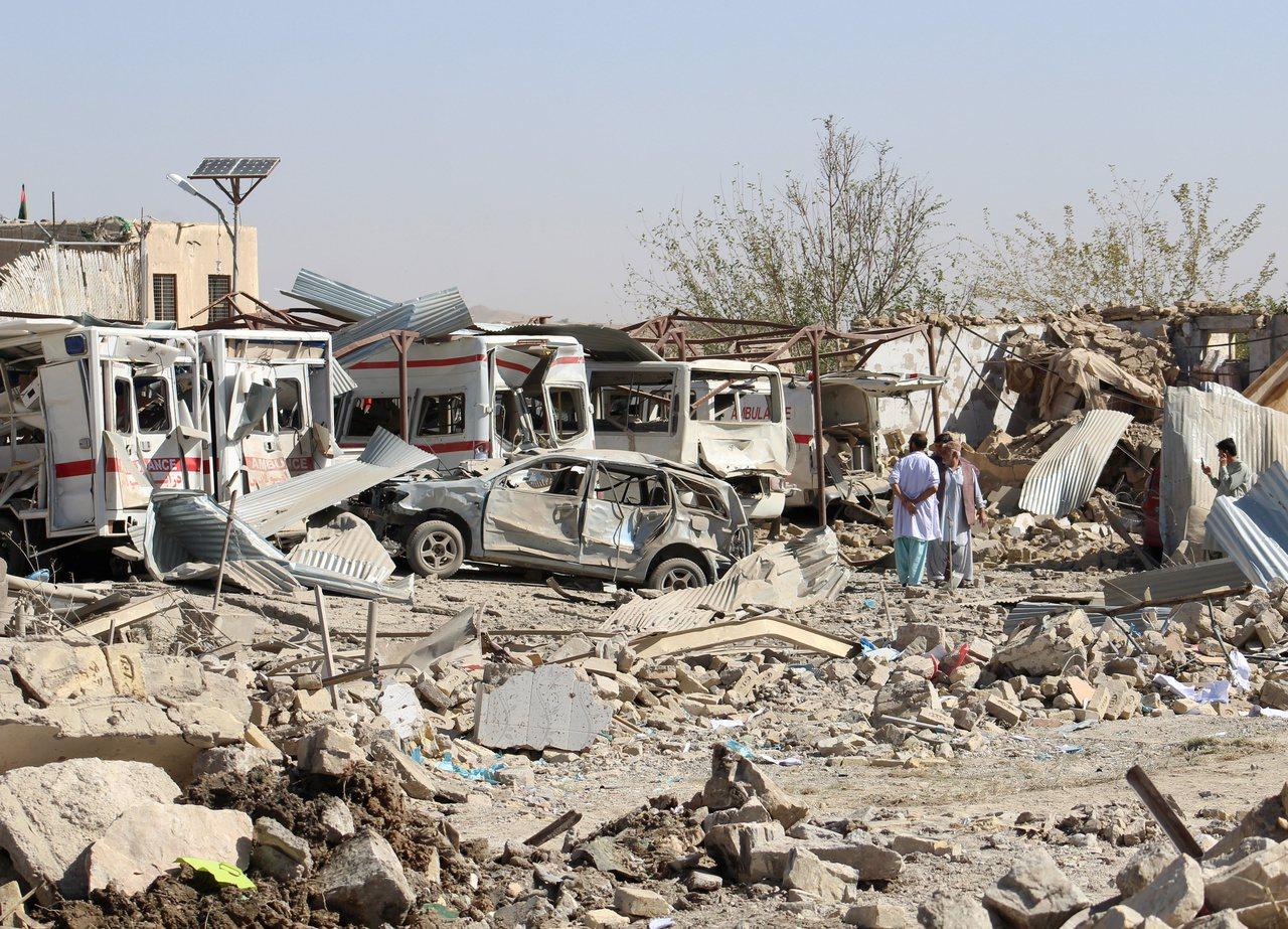 神學士19日以自殺炸彈卡車攻擊醫院,院外的救護車被炸毀。(路透)