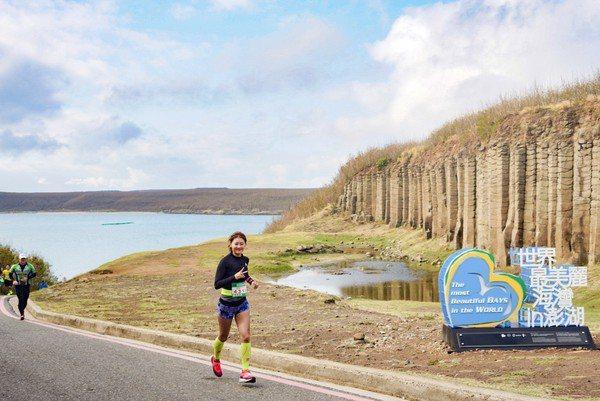 2019菊島澎湖跨海馬拉松讓選手可以邊跑邊欣賞澎湖最美景色。圖/觀光局提供