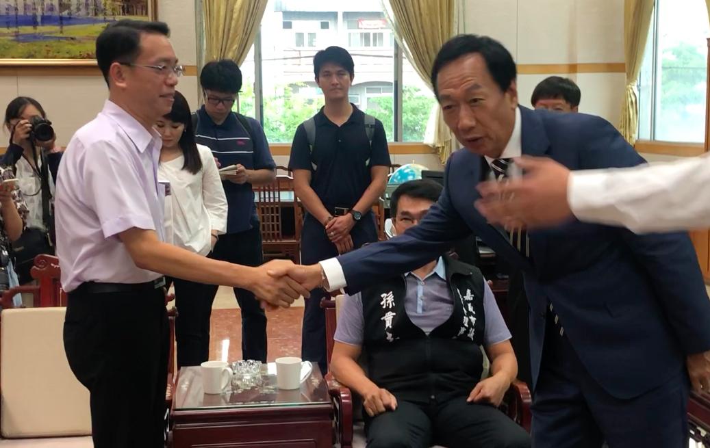 無黨籍市議員李奕德(左)獲遞補,日前也參加和鴻海集團創辦人郭台銘(右)的座談會。...