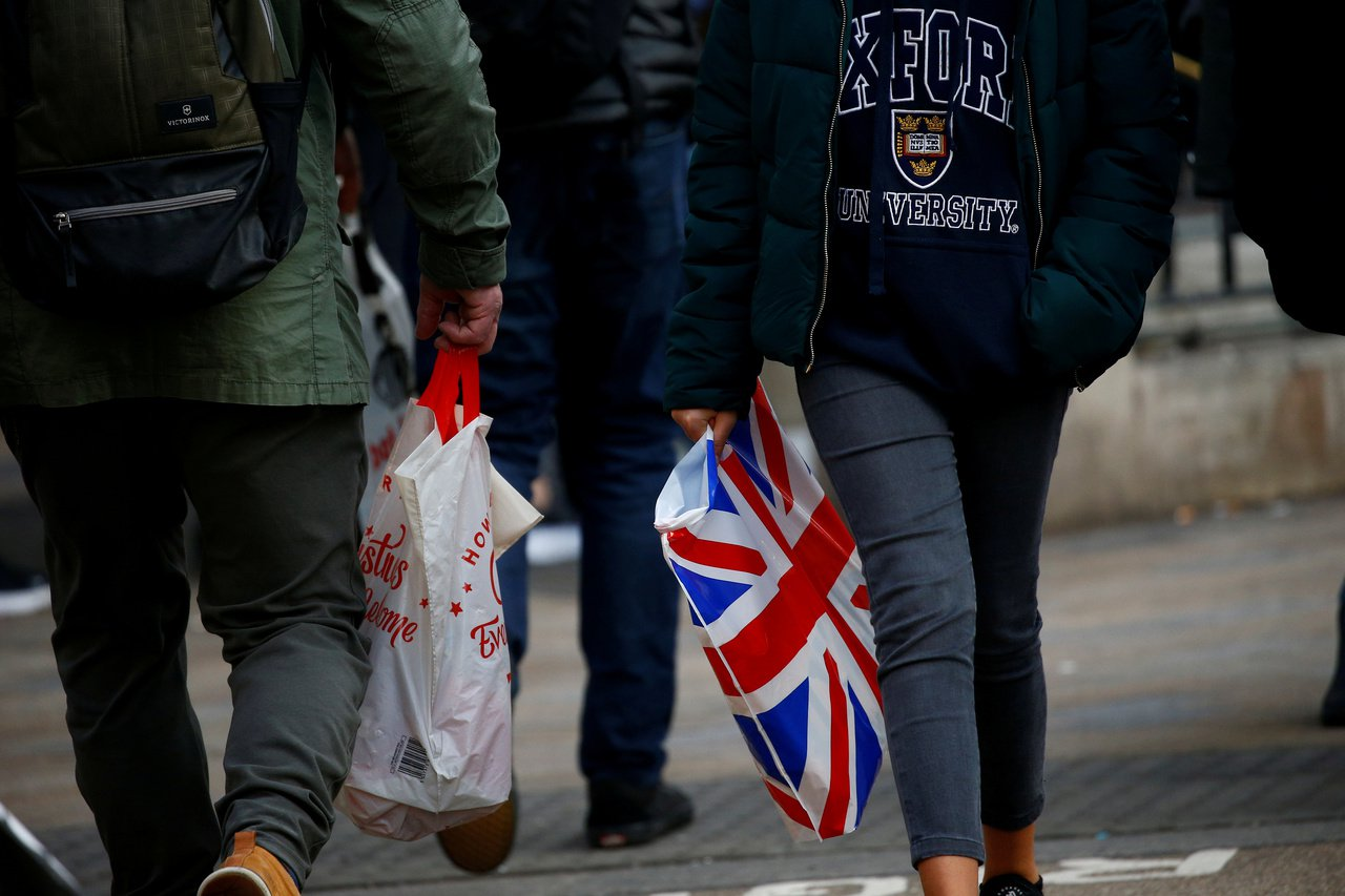 英國消費者上月抑制支出,部分原因是電商提供的夏季購物折扣優惠已經結束,對線上銷售...