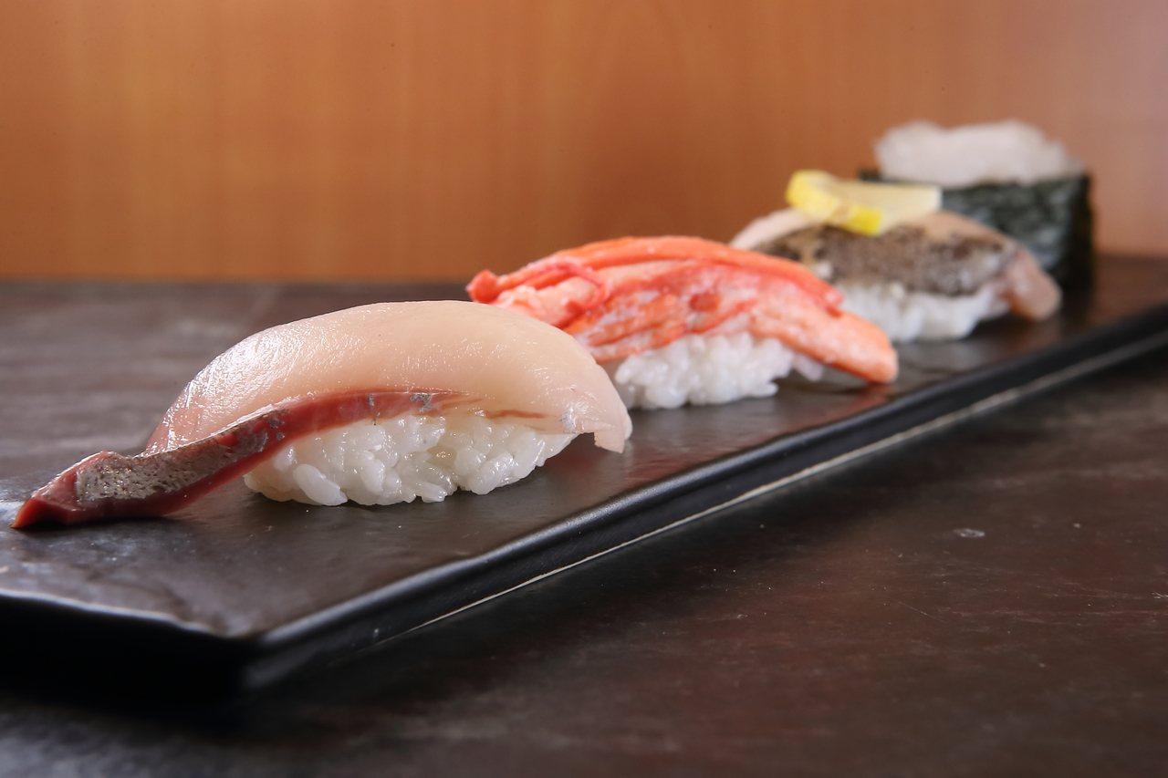 粹鮨共使用白蝦、鰤魚、紅楚蟹腿、白背魚等4種產於富山灣的漁獲。記者陳睿中/攝影