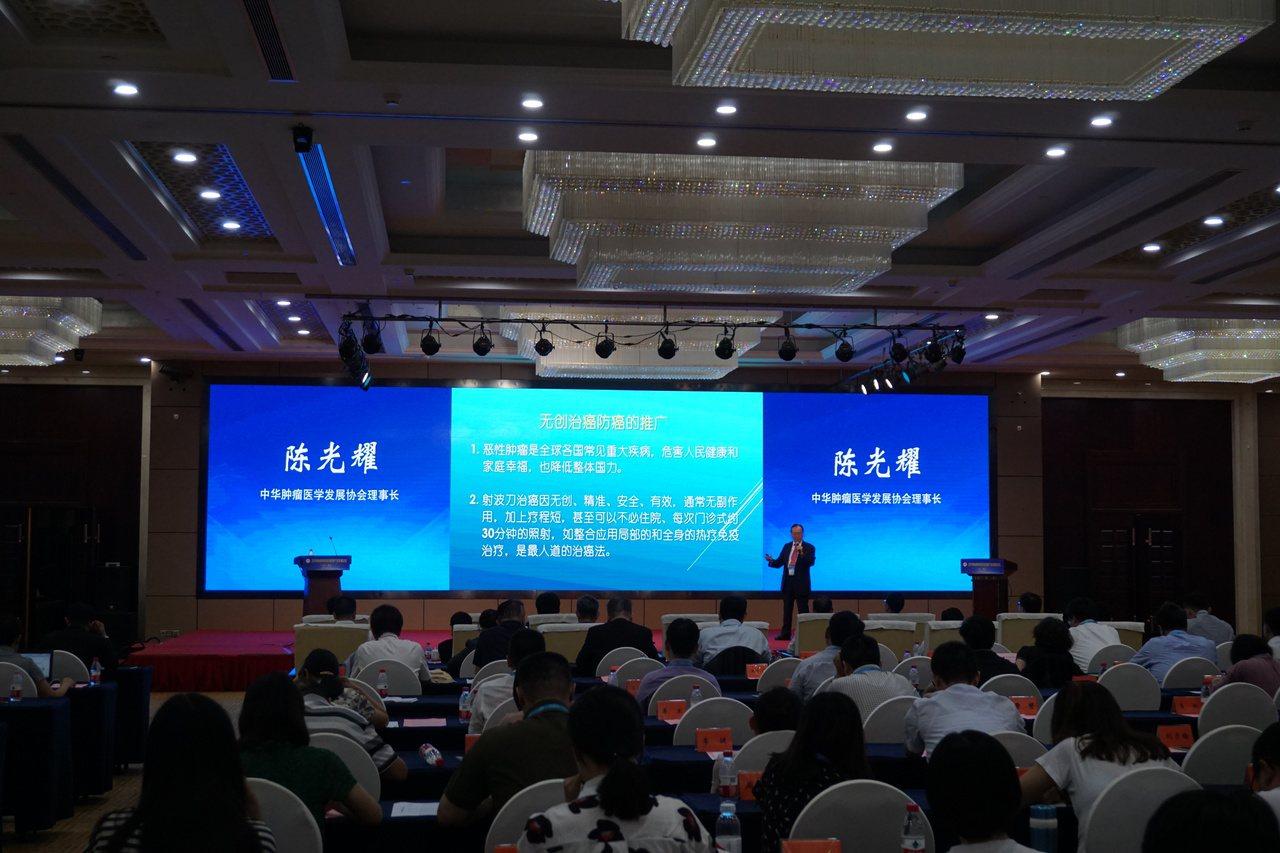 國璽幹細胞應用技術公司總經理林珀丞18日在泰州舉行的海峽兩岸醫藥健康產業發展論壇...