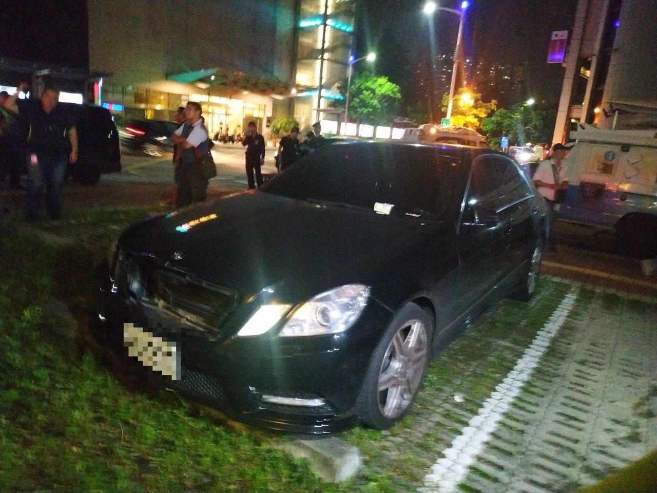 潘男所擁有的賓士車停在高雄後火車站被警方發現。記者邱奕能/攝影