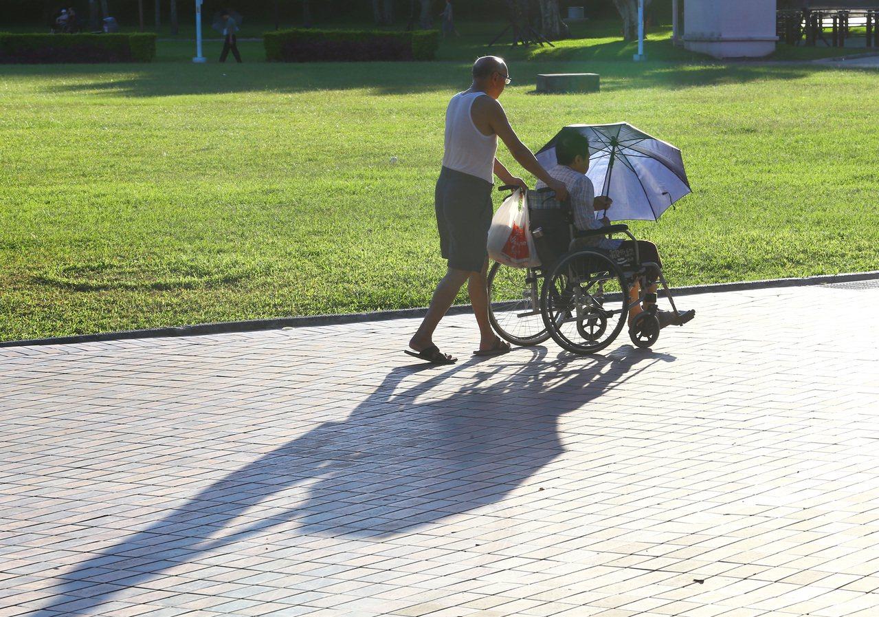 據統計,長照照護從開始到結束,平均長達9.9年,照顧者彷彿經歷一場「看不到盡頭的...