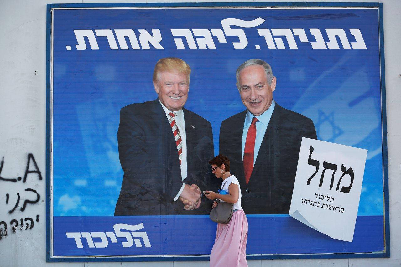以色列總理內唐亞胡(右)的競選看板主打自己與美國總統川普(左)的交情。路透