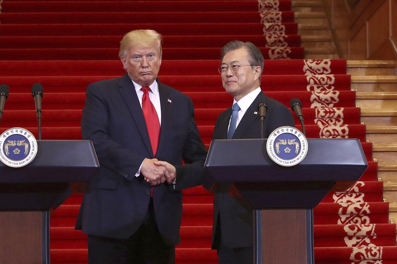 川普(左)今年6月30日訪問南韓,和文在寅於青瓦台舉行聯合記者會。(美聯社)