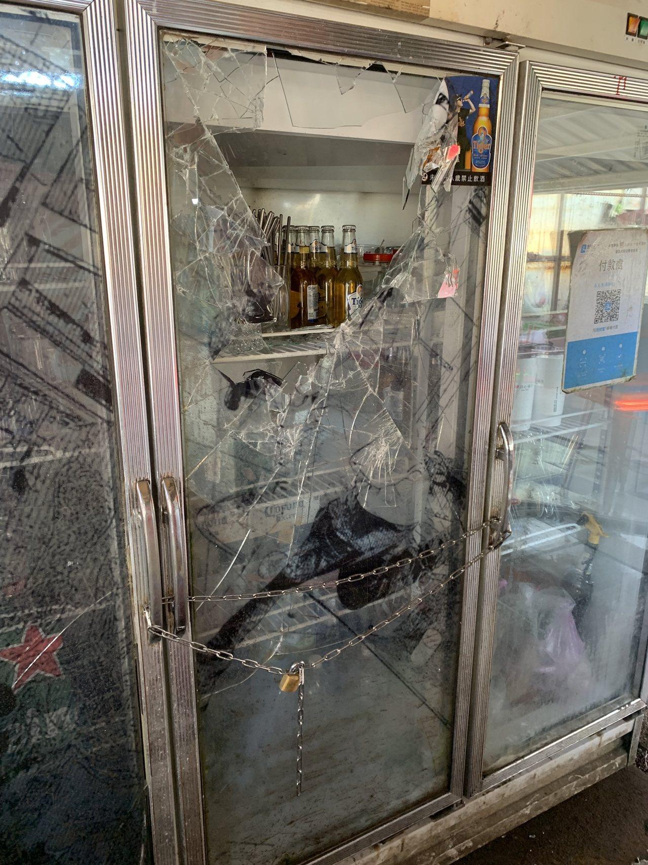 林男將冰啤酒及食材的冰櫃玻璃門砸壞,導致食材壞掉,讓老闆氣得要追究到底。圖/高大...