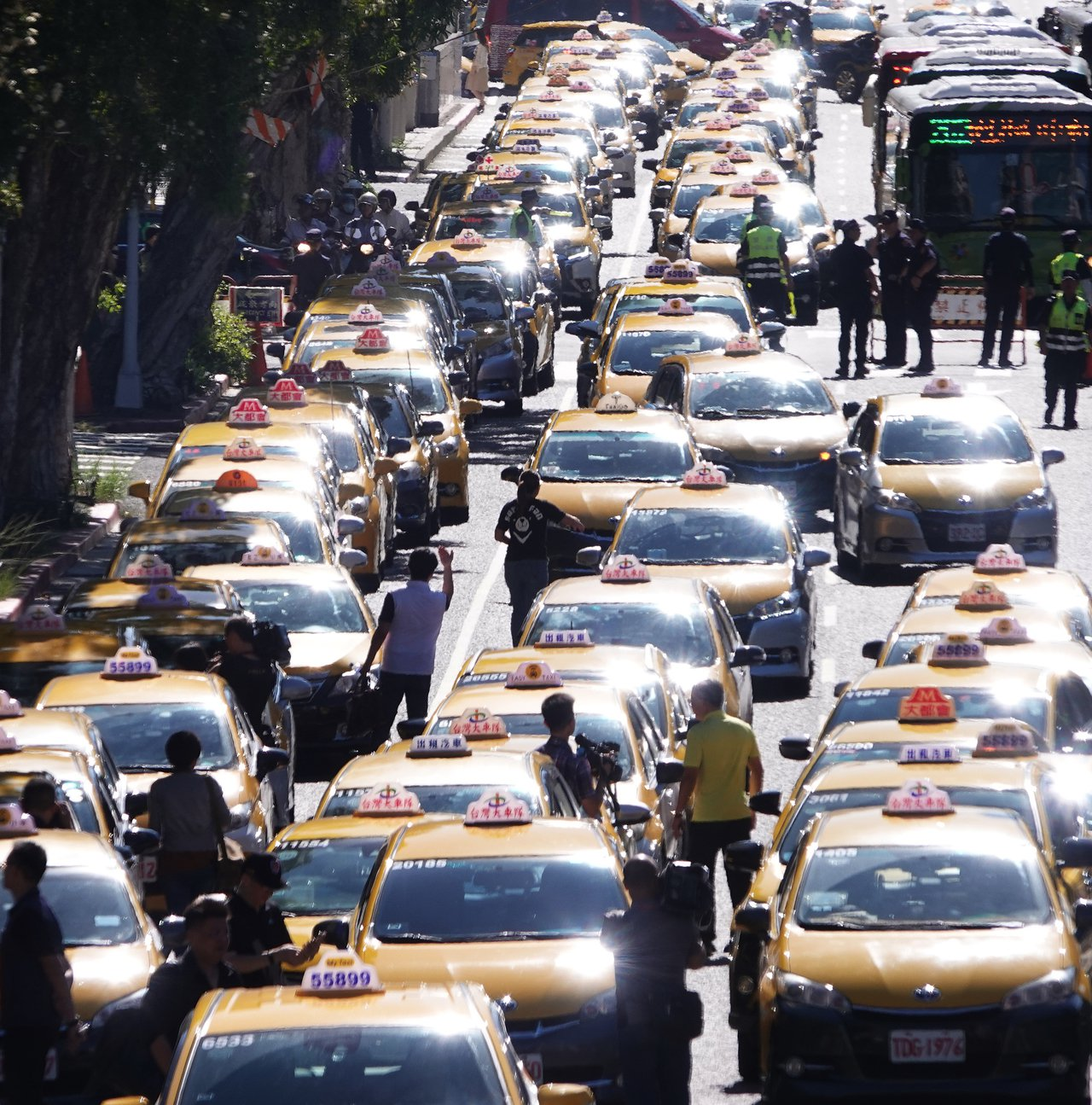 反對Uber非法營業延長效期,日前計程車駕駛以慢行圍繞行政院周邊。本報資料照片