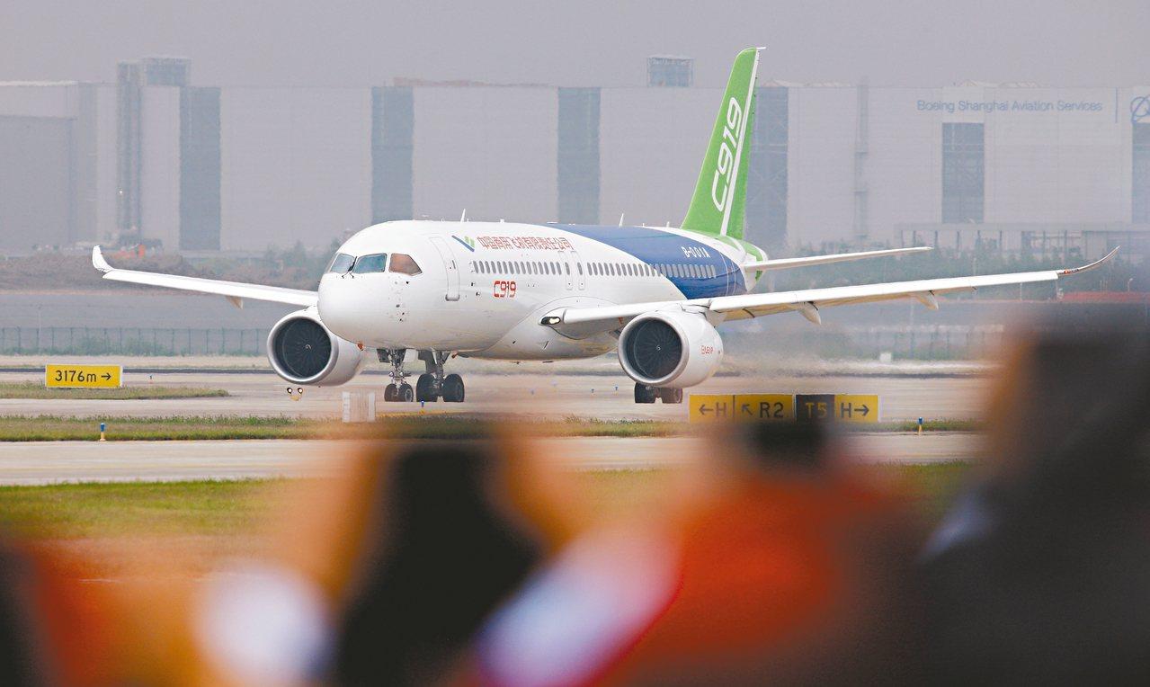 2017年5月,大陸製造客機C919在上海浦東國際機場首飛成功。 新華社