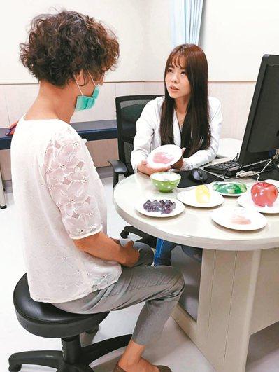 中國醫藥大學新竹附設醫院營養師王依屏(右)表示,臨床上常見癌症病人無法持續治療的...