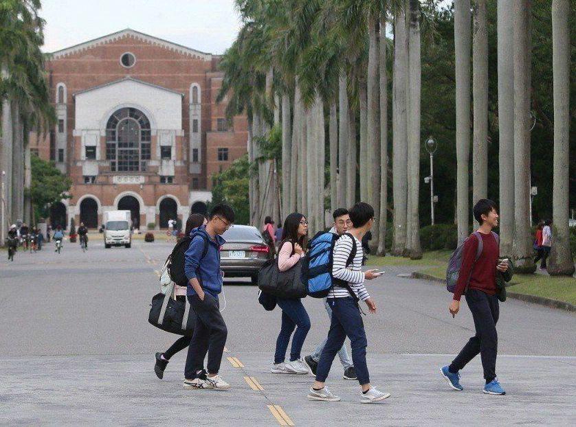 台灣以博士畢業生薪資最高,勞退提繳工資平均為6萬7495元。 圖/聯合報系資料照...