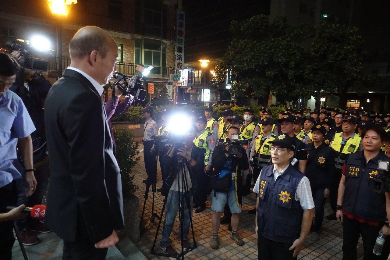 高雄市長韓國瑜(左)強調重視民眾安居,曾深夜親自主持擴大聯合臨檢勤務。 圖/聯合...