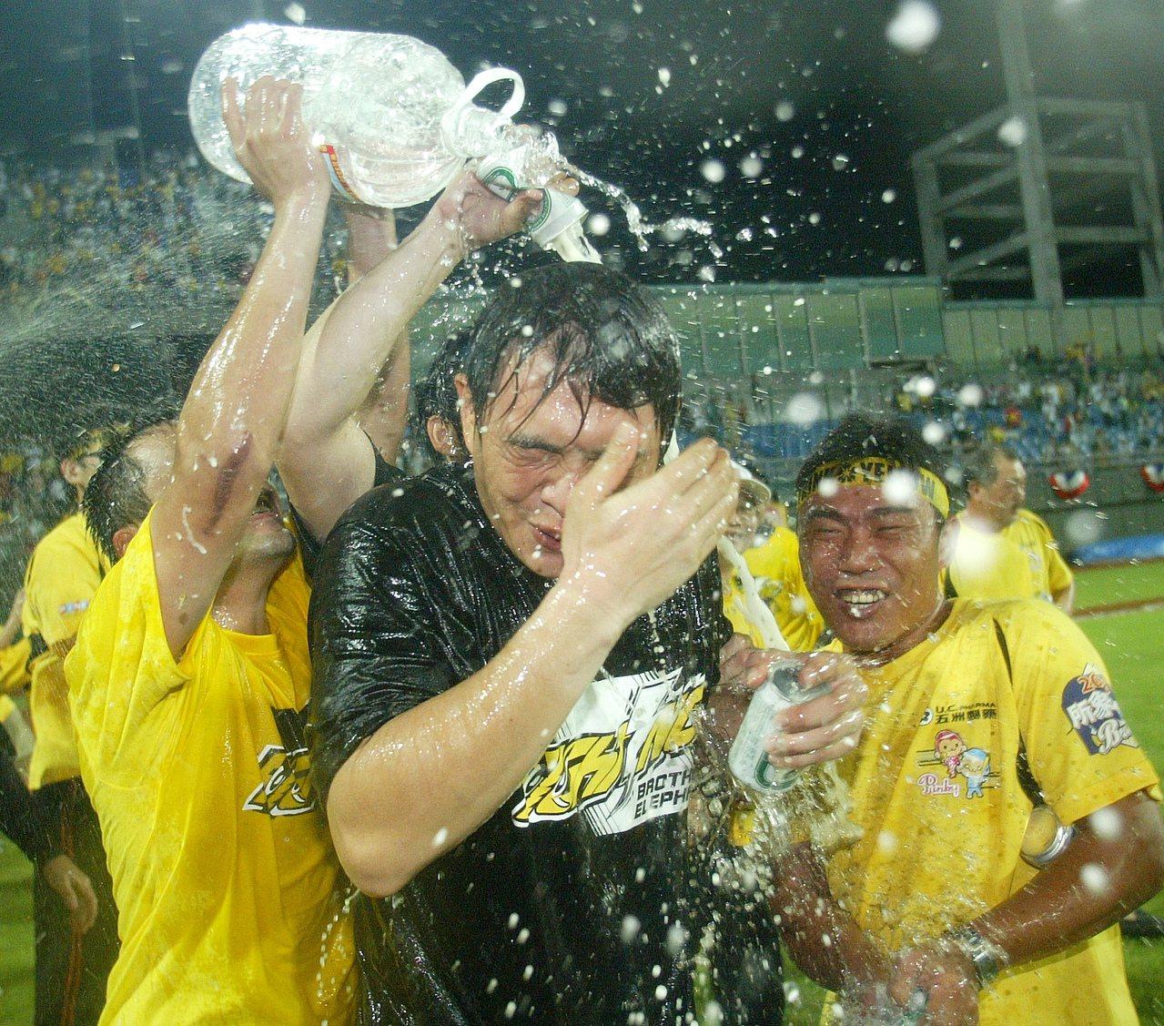 2008年兄弟打進總冠軍賽,彭政閔被隊友灑香檳。 報系資料照