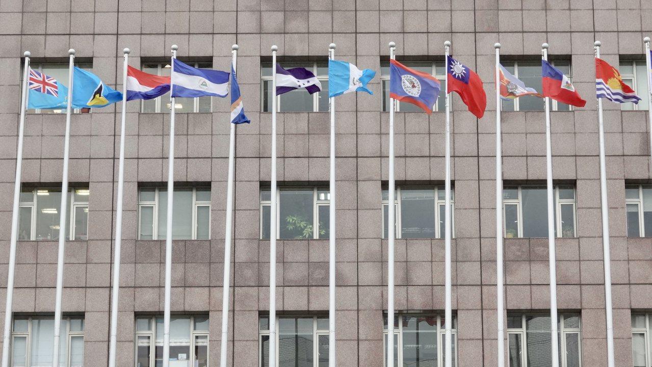 天母使館區上午高掛著吉里巴斯(右一)與吐瓦魯(左一)國旗。記者林伯東/攝影