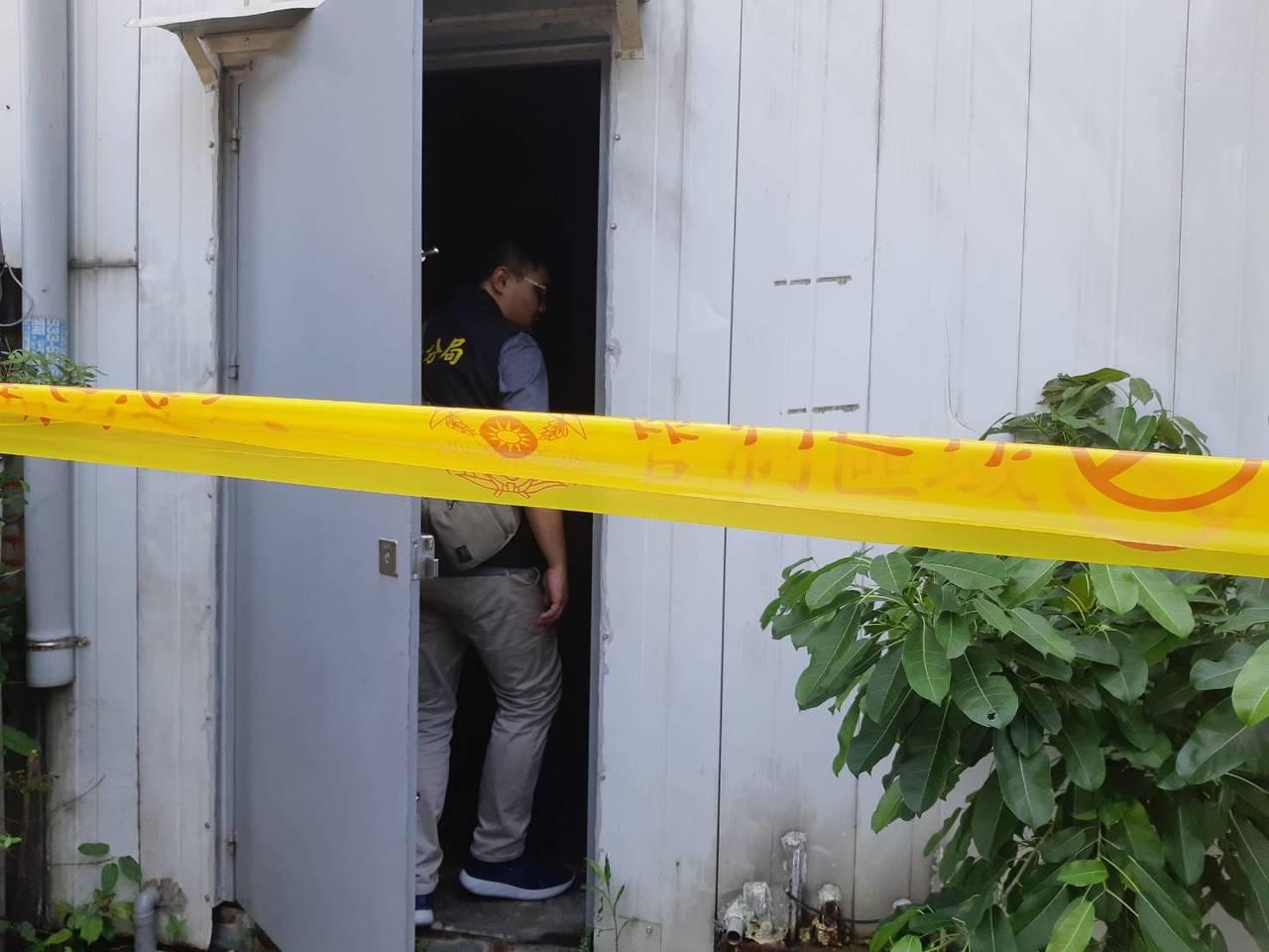 高雄檢警上午到鼓山區搜索連千毅的直播倉庫,並拉起封鎖線。記者賴郁薇/攝影