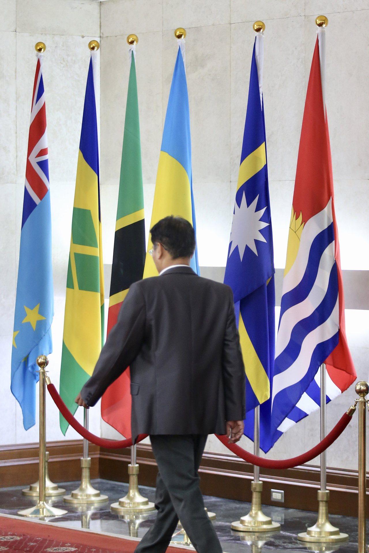 外交部大廳懸掛著吐瓦魯(左一)與吉里巴斯(右三)國旗。 記者林伯東/攝影