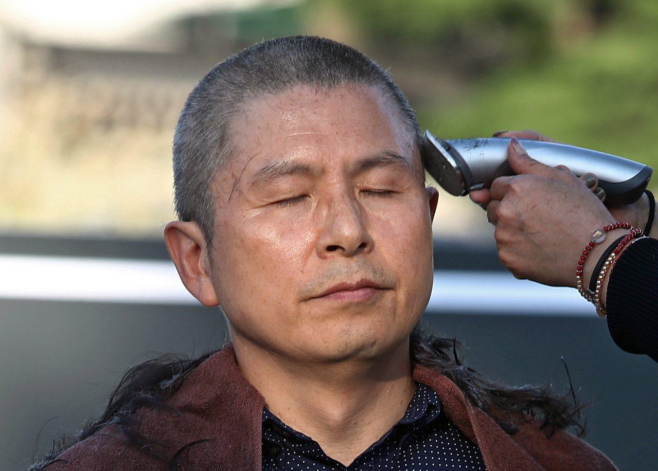 自由韓國黨代表黃教安於16日剃頭抗議曹國任命案。 (歐新社)