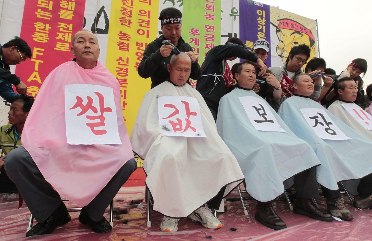 南韓以剃頭作為一種抗議形式,圖為南韓農民於2010年在首爾國會議事堂剃頭抗議中韓...
