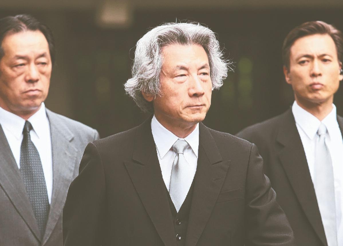2005年時任日本首相的小泉純一郎(中),欽點多名女性投入選舉,「美女刺客」之稱...