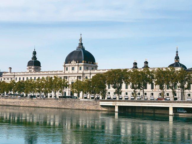 入住由古老建築修建的飯店,也是一種深度感受古老法國的方式,圖為里昂洲際酒店雄偉大...