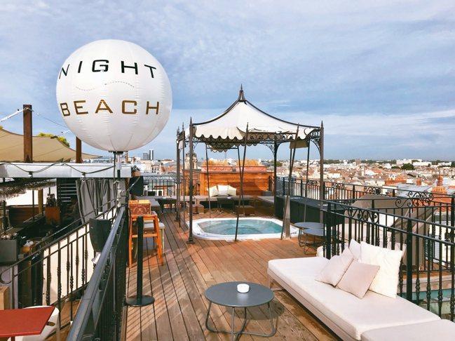 波爾多頂樓摩登浪漫的Night Beach,從酒吧到按摩池都極盡奢華。 圖/游慧...