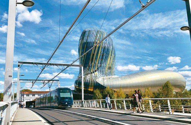 有「美釀界古根漢」之稱的葡萄酒博物館La Cité du Vin,已成為波爾多的...