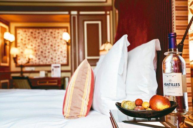 波爾多洲際酒店的客房以宮廷風設計為主軸,典雅而幽靜。 圖/游慧君、陳志光