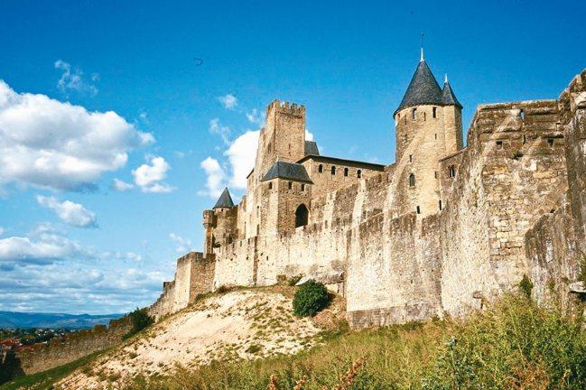 世界文化遺產卡爾卡頌山城,是歐洲迄今保存最完整、也是規模最大的雙牆式城堡遺跡。 ...