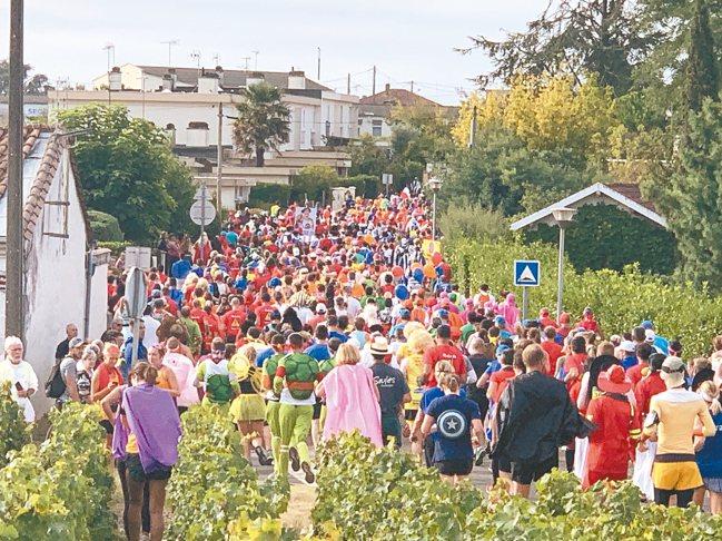 每年9月第一個週六在波爾多登場的「法國梅鐸紅酒馬拉松」盛況。 圖/陳志光、游慧君