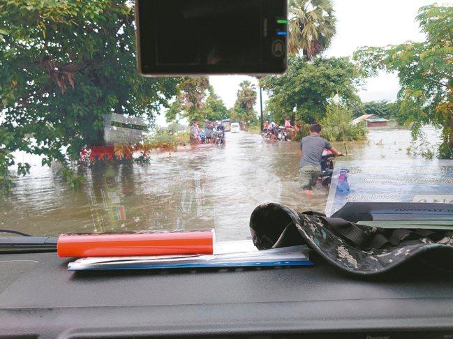 緬甸因連日大雨,許多道路積水甚深,使得比賽車輛窒礙難行,困難重重。 圖/永嘉雙龍...