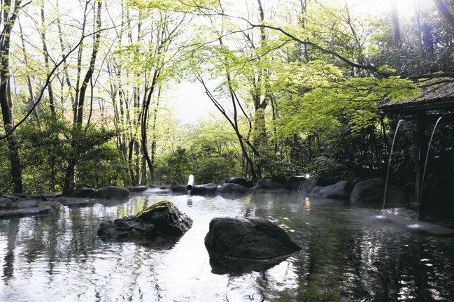 二本之葦束有大露天風呂,可遠眺由布岳。 圖/有行旅、曾郁雯提供