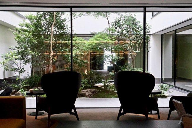 「FUYA II 」 Lounge 前的庭內花園,是京都房屋典型的特徵。 圖/游...