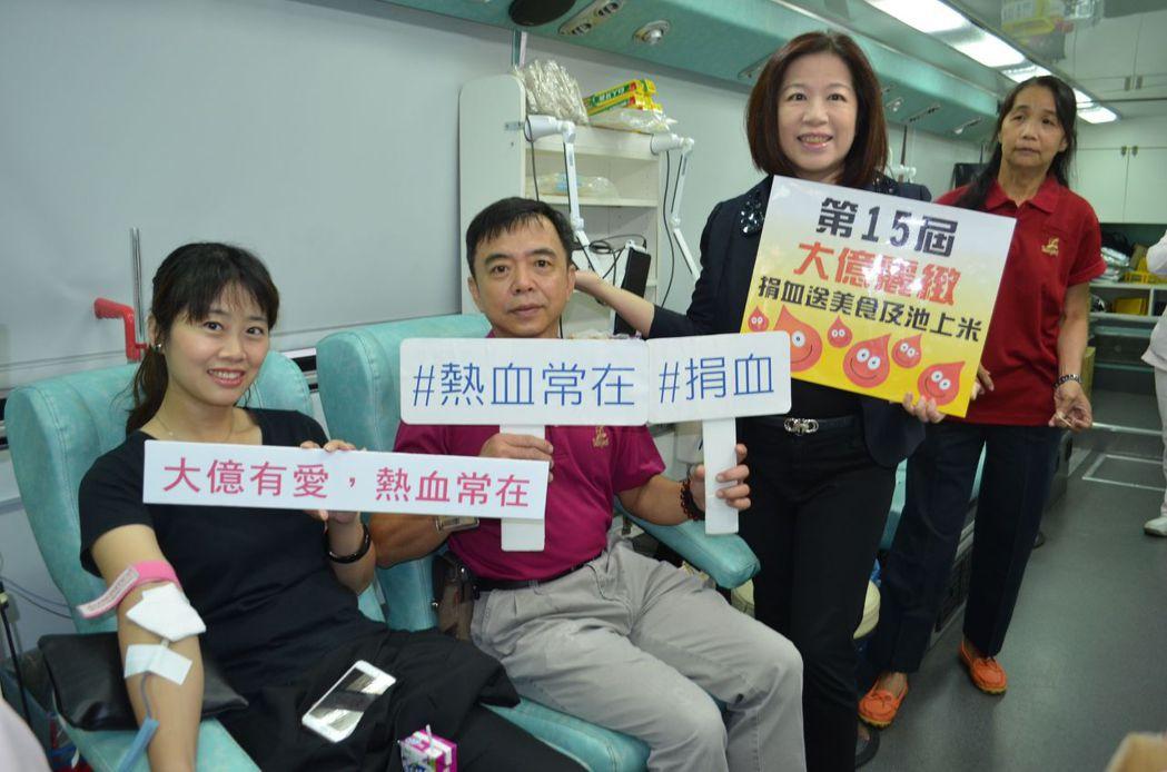 嚴心誼總經理(右二)帶領員工挽袖捐血。 陳慧明  攝影