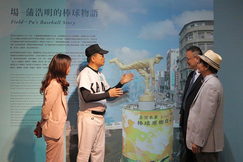 藝術家蒲浩明將棒球物語呈現的活靈活現,KANO OB會總會長蔡武璋深深感動。 人...