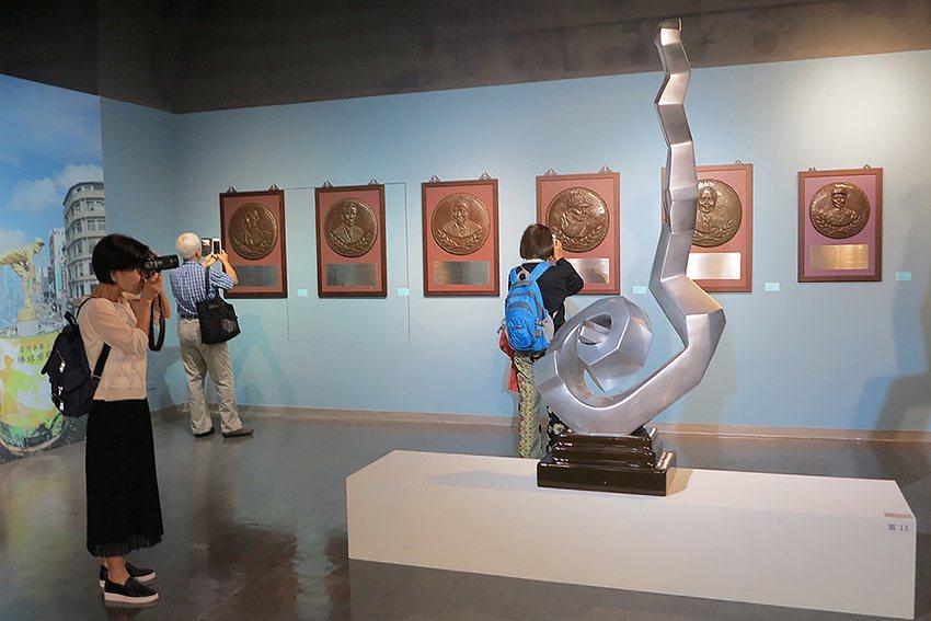 觀眾欣賞介質-場-多維空間蒲浩明跨域雕塑特展。 人文遠雄博物館/提供