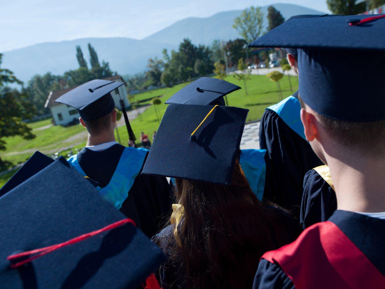 2018年獲得學士學位的美國大學畢業生,平均積欠大約2萬9200元(約台幣90萬...
