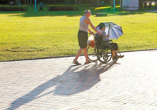 平均壽命普遍延長,但退休後的健康、長照問題更不能忽視,專家建議在40歲起,就應開...