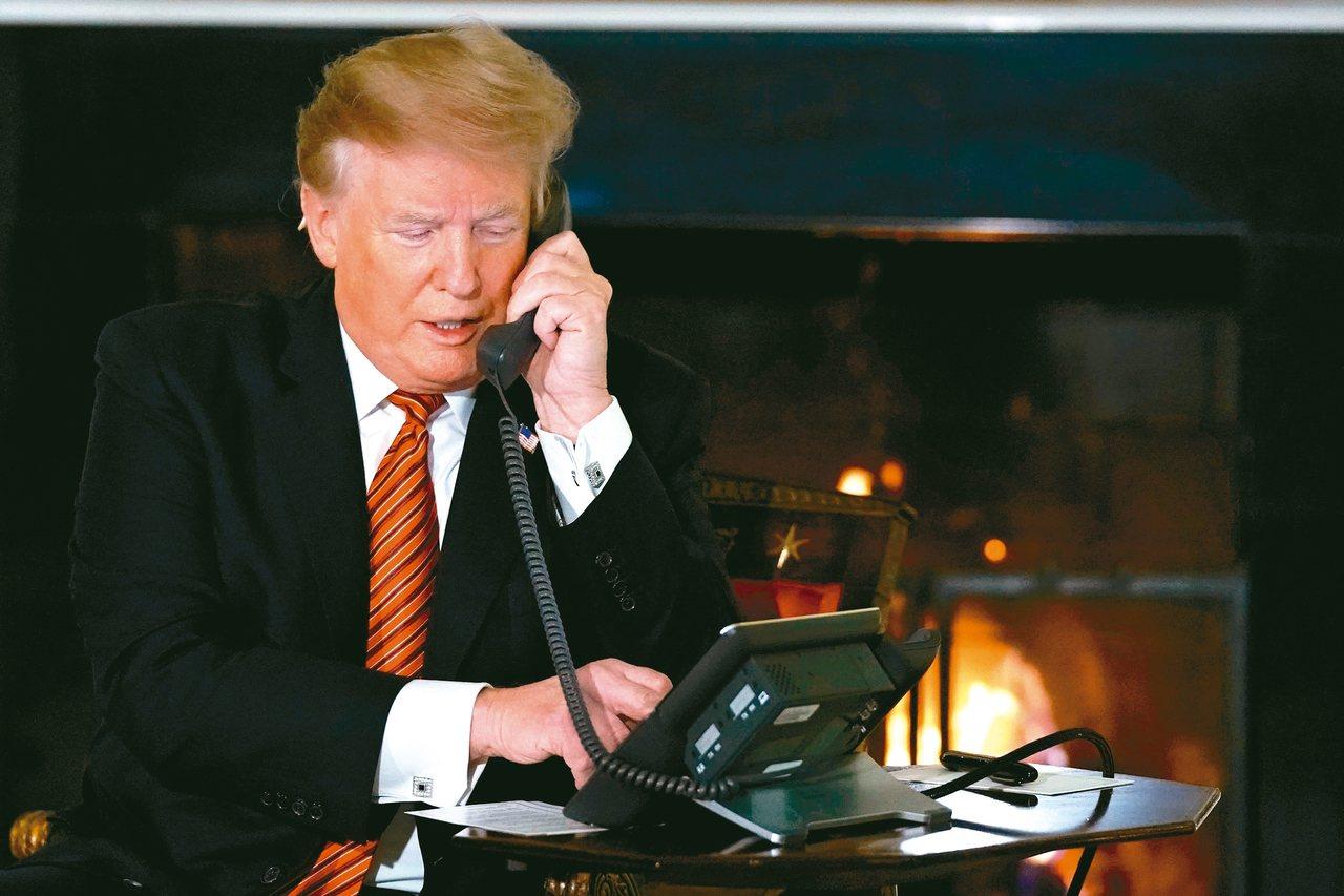 情報官員檢舉,美國總統川普向外國領袖提出的承諾令人不安。圖為川普講電話檔案照。 ...